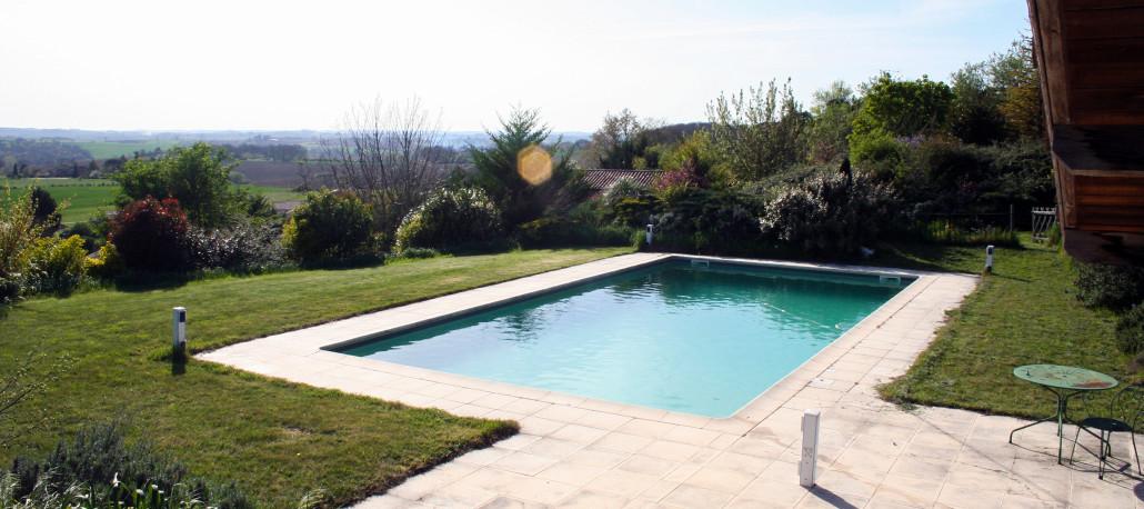 G te gers et location vacance 14 personnes tradition et charme for Baise dans la piscine